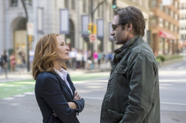 Scully (Gillian Anderson) ja Hank, eikun Mulder (David Duchovny).
