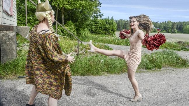 Pirjo (Elina Knihtilä, vas.) ja Anne (Tiina Lymi). Kuva: Petri Kotwica/Yle Kuvapalvelu