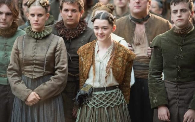 Arya (Maisie Williams) näytelmän lumoissa. Kuva: HBO.